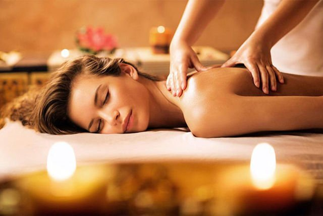 Our luxury treatment rooms and relaxation rooms include: