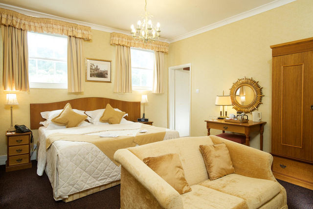 1 2nt Decadent Bath Stay Champagne Dinner Cream Tea For 2 The Royal Hotel